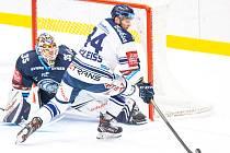 Utkání 3. kola hokejové extraligy: HC Vítkovice Ridera - Bílí Tygři Liberec, 20. září 2019 v Ostravě. Zleva brankář Liberce Justin Peters a Jan Schleiss z Vítkovic.