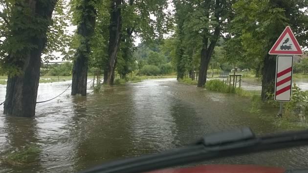 Kvůli rozvodněné Smědé byla na Liberecku až do odvolání uzavřena silnice třetí třídy z Černous na Boleslav.