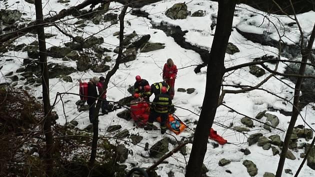 Záchrana osmiletého chlapce, který se zřítil srázem k Jizeře na Riegrově stezce.