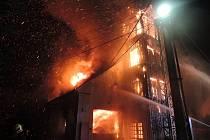Osm jednotek zasahovalo u nočního požár autodílny ve Višňové.