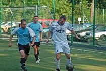 RUPRECHTICE ZKLAMALY. Potoček (vpravo) dal gól, ale ten nestačil. Stíhá jej Jakubec.