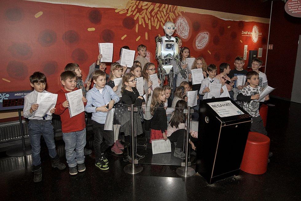 Robot Thespian předával dětem pololetní vysvědčení.