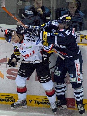 Liberecký hráč Moravec (vpravo) napadl hostujícího Selingra. HC Bílí Tygři vs. HC Znojemští Orli.