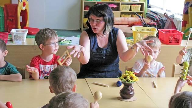 NEJPŘIROZENĚJŠÍ FORMA VÝUKY JAZYKA?  Hrát si, zpívat a hlavně naslouchat. V Mateřské škole v Klášterní ulici v Liberci se pod vedením ředitelky Kamily Podrápské (na snímku) takhle učí němčině hned stovka dětí.