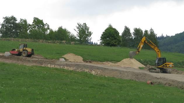 OBLAST Na Skřivanech se začíná měnit, od ledna 2015 se na pozemku buduje kanalizace.