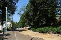 Tramvajové koleje jsou v dolní části Riegrovy ulice aktuálně vytrhány.