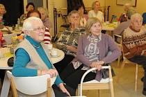 MALÝ SVÁTEK. Březen měsíc knihy oslavili obyvatelé domu s pečovatelskou službou nasloucháním četby.