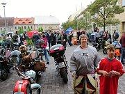 To není nejnovější dětská móda, to se jen hoch od jedné z atrakcí přišel podívat na motorky.