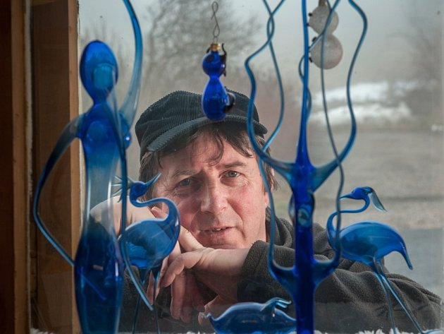 Živnostník roku 2013 Karel Sobotka vyrábí v Těpeřích u Železného Brodu foukané figurky z barevného skla.