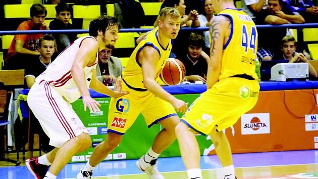 LADISLAV PECKA (s číslem 44) je zatím nejzářivější hvězdou Národní basketbalové ligy. Životní výkon předvedl proti Svitavám, zaznamenal 42 bodů a připsal si 20 doskoků.