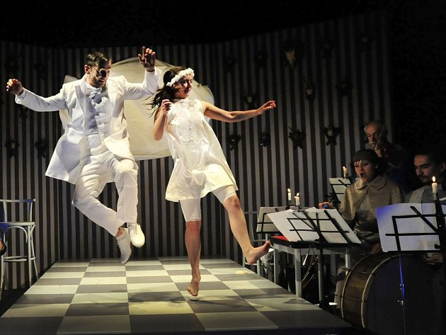 O bílé lani. Divadlo Drak přijede do libereckého Naivního divadla s inscenací O bílé lani.