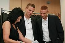 MLADÍ REPREZENTANTI. Liberečtí Bořek Dočkal a Marcel Gecov (vpravo) v novém oblečení diskutují s Annou Motlíkovou, ředitelkou společnosti Steillman Praha.
