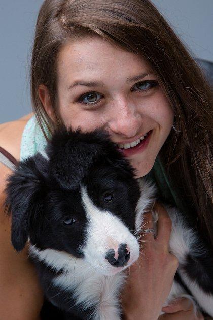 Denisa Albaniová zJablonce měla od dětství kladný vztah ke zvířatům. Psí parťačkou se jí stala border kolie Aisha, díky které získala ipraktické zkušenosti sterapií pro psy.