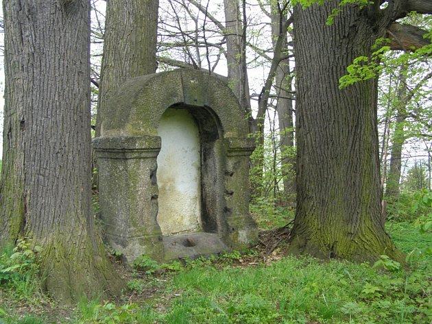 KŘÍŽOVÁ CESTA. Pozemek na postavení křížové cesty věnovali Frýdlantu Clam-Gallasové. Vrch, který byl při vzniku křížové cesty téměř holý, je dnes zalesněn a plný náletových dřevin.