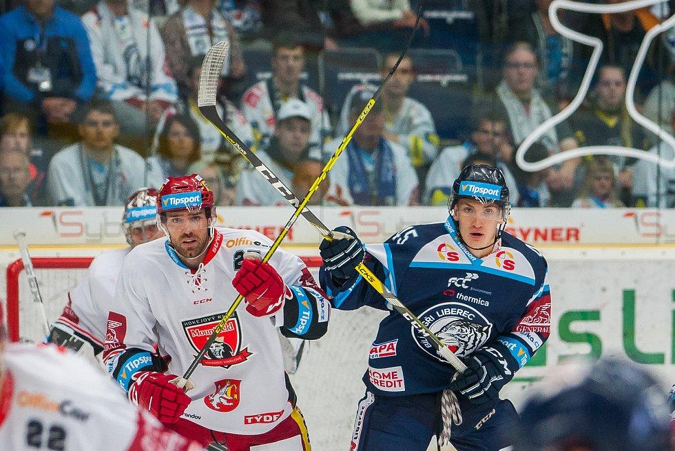Utkání 1. kola Tipsport extraligy ledního hokeje se odehrálo 8. září v liberecké Home Credit areně. Utkaly se celky Bílí Tygři Liberec a Mountfield HK. Na snímku vpravo Jan Ordoš.