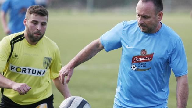NOVÁ VES HLÁSÍ KONEC. Na fotbalové scéně se v jejím dresu objevil i Vlado Komarov (vpravo). Teď bude mít klid.