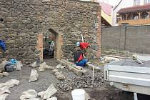 PUZZLE. Složit na pět stovek kamenů do dlažby pomáhají čísla. Díky nim bude vše tak, jak dláždění archeologové před čtyřmi lety našli.