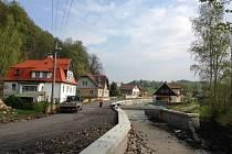 Opěrné zdi i mosty už v Heřmanicích stojí. Teď přijde na řadu silnice. Hotová má být na přelomu června a července.