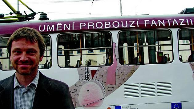 Po kolejích sviští záhadná tramvaj. Jedná se o kampaň, pomocí níž se Oblastní galerie snaží přilákat nové návštěvníky. Do libereckých ulic vyjela v pondělí 5. září dopoledne.  Z jakého obrazu byla tato příšera vypůjčena?