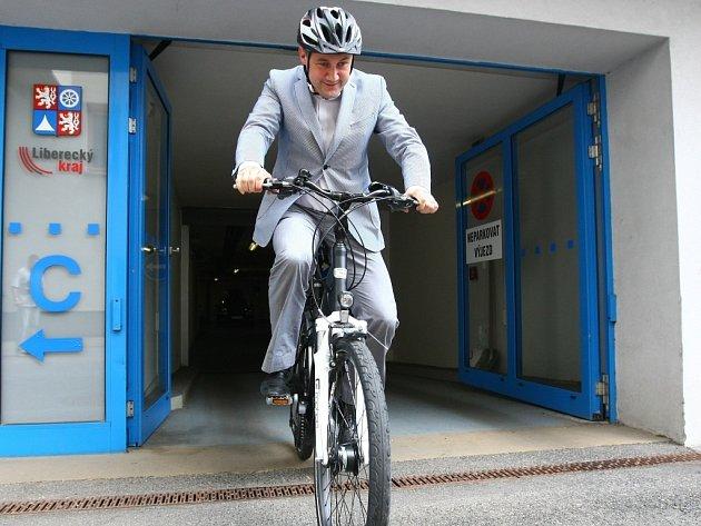 Hejtman Martin Půta šetří. Jezdí do práce na elektrokole.