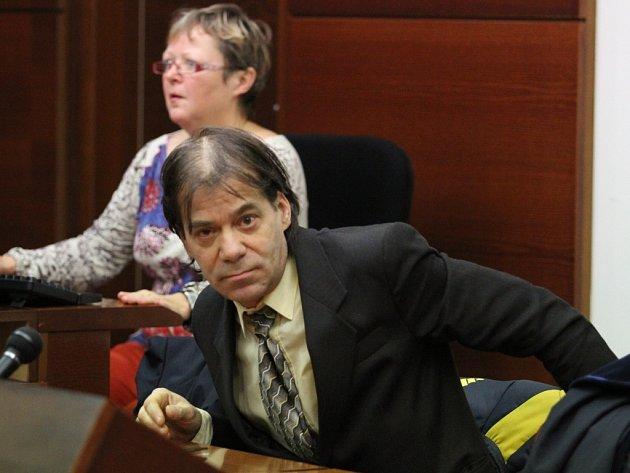 KORUPCE VRÝNOVICKÉ VĚZNICI. Bývalý vychovatel Petr Maxilon měl podle obžaloby požadovat několik milionů korun. Vinu popírá.