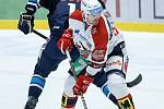 Hokejové utkání Tipsport extraligy v ledním hokeji mezi HC Dynamo Pardubice (v bíločerveném) a Bílý Tygři Liberec (v modrém) v pardudubické enterie areně.