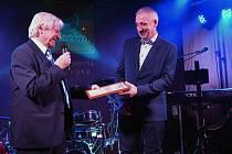 Dva Láďové. Trenér Škorpil předává ocenění brankáři Maierovi.