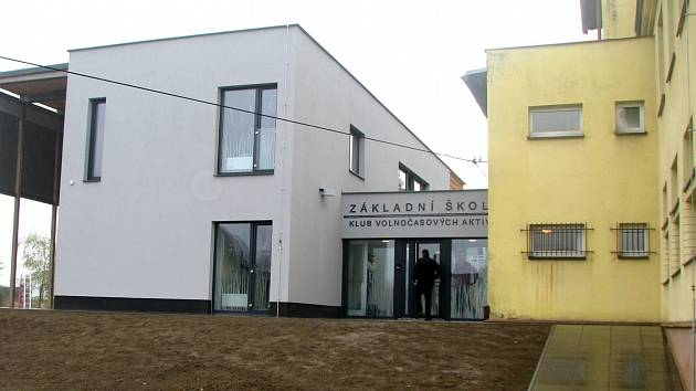 PŘÍSTAVBA u ZŠ OSTAŠOV bude sloužit nejen potřebám školy, ale také jako klubovna pro místní spolky, veřejné je i hřiště.