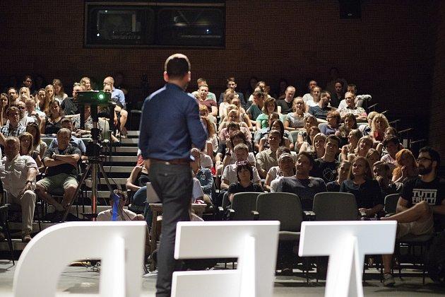 Ve středu 20.června se vMalém divadle vLiberci uskutečnila konference nazvaná TEDx Liberec stématem Divočina. Na snímku vystoupení jednoho zřečníků. Foto: Monika Tomková