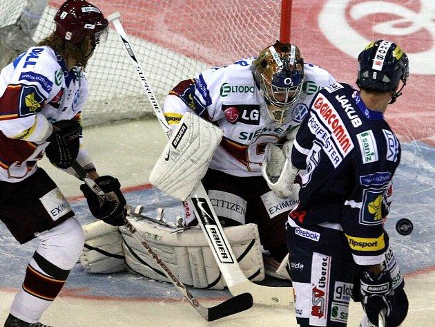 Mistrovské utkání mezi HC Bílí Tygři a HC Sparta Praha. Hanzlík, Pöpperle, Hunkes.