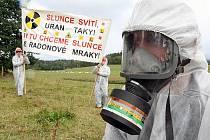 BUDOU ZASE DEMONSTROVAT? Pokud by budoucí vláda povolila těžbu uranu u Osečné, jsou lidé opět připraveni protestovat třeba i podobně razantně jako před dvěma lety.