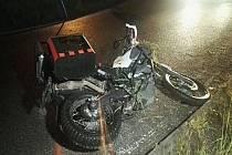 Mladý motocyklista dostal smyk, upadl ze stroje a následky zranění zemřel.
