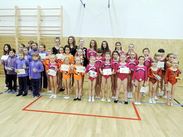 SPOLEČNÝ SNÍMEK zúčastněných mladých gymnastů a gymnastek.