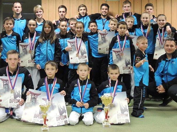 ZÁVODNÍCI SK karate Shotokan Liberec na mistrovství ČR vČeských Budějovicích.