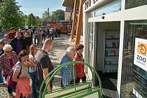 Fronta na eurobankovku v zoo.