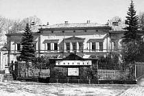 ČÁST PŮVODNÍ VÝKRESOVÉ DOKUMENTACE vily Johanna Liebiega ml., kterou nechal postavit podle vzoru severoitalských renesančních vil v letech 1871–1872 Gustavem Sachersem. Vpravo fotografie galerie v roce 1948.