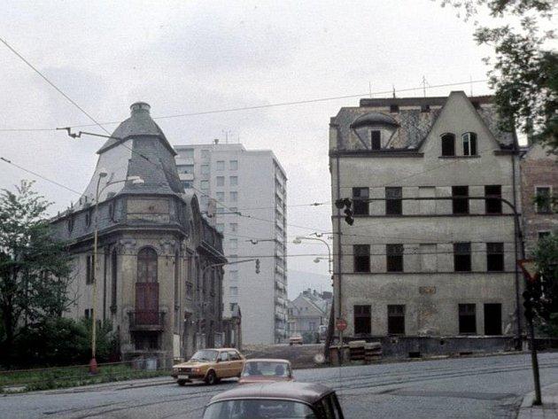 KINO SOFIE. Tak ho znají pamětníci z konce 80. let, kdy se tu ještě hrálo. Pak kino, stejně jako protější secesní hotel Centralbahnhof Bondy,  ustoupilo stavbě dopravního uzlu.