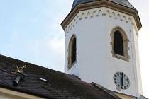 Silný vítr urval vršek kostelní věže v Osečné.