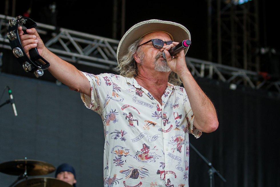 Ve sportovním areálu Vesec v Liberci proběhl 28. července závěrečný den 26. ročníku hudebního festivalu Benátská! Na snímku je Ondřej Hejma při vystoupení kapely Žlutý pes.