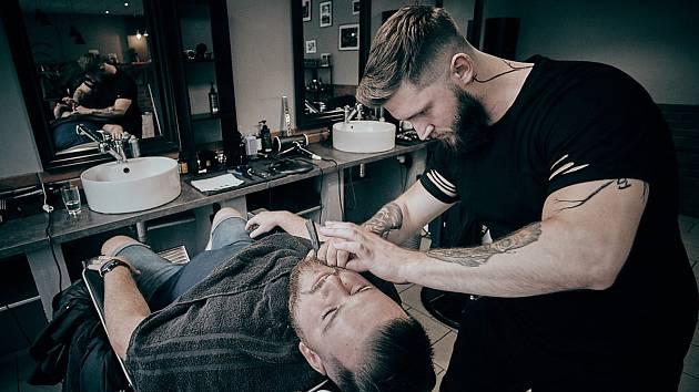 Tomáš Dědek v akci při úpravě vousů.