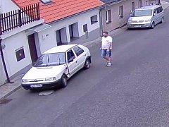 Dopravní policisté vyšetřují nehodu ve Frýdlantu. Na fotografii svědek nehody.