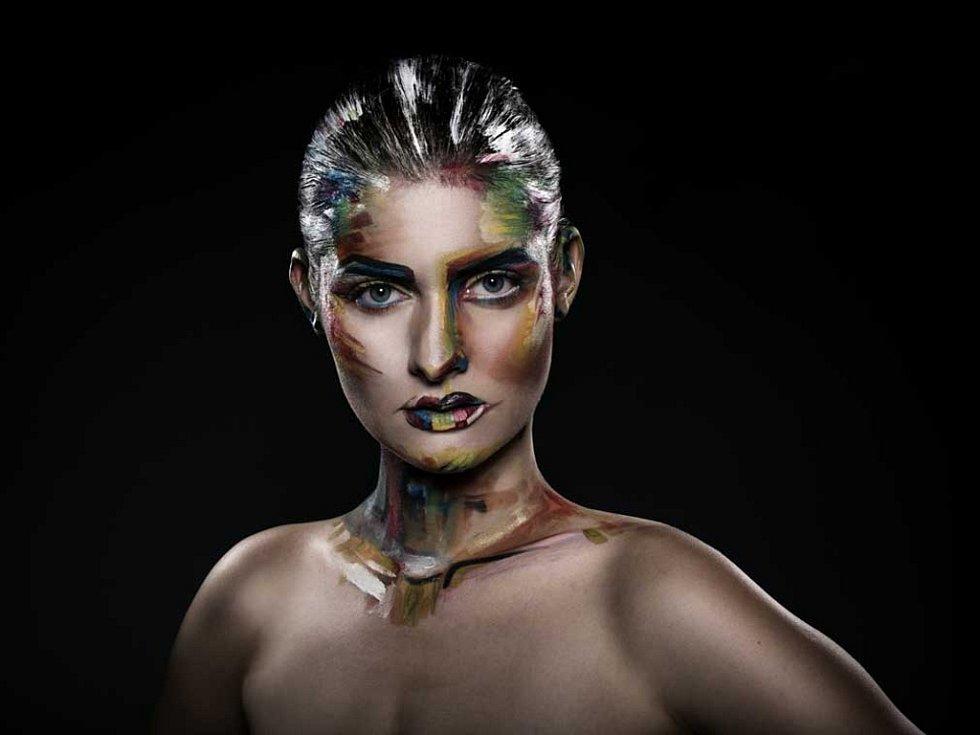 VIZÁŽISTKA Adéla Bursová vytvořila s kolegyní fotografkou Silvií Lintimerovou výstavu Butterfly.