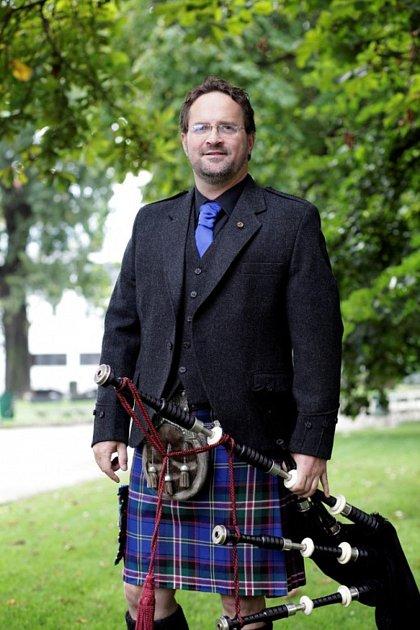 Zakladatel Skotských her na Sychrově, hráč na skotské dudy a milovník whisky Václav Rout vkiltu ztartanu včeských národních barvách.