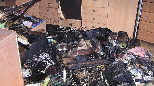 OHOŘELÉ ZBYTKY VYBAVENÍ BYTU. Těch je nyní obydlí matky s šestiletým synem plné. Když maminka odešla na chvíli pryč, chlapeček si z šuplíku v kuchyni vypůjčil zapalovač a při hře založil požár.