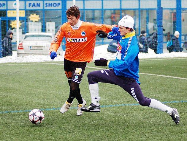 POLOČAS BEZ BRANEK. Béčko Slovanu mělo navrch, ale góly nedávalo. V oranžovém Rybanský ze Slovanu, s ním Kouba.