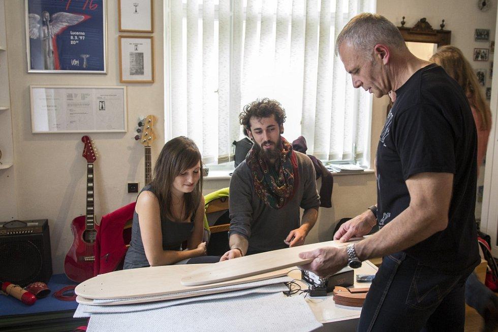 Umělci podporují akci Movember.
