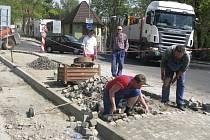 Rozsáhlé úpravy ulice Husova by měly být dokončeny v květnu letošního roku.