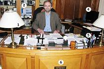 Jen něco přes 14 dní obývá  nový liberecký primátor Jan Korytář svou novou kancelář. A už stihl skoro celý pracovní stůl zakrýt haldami papírů.