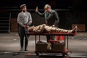 Generální zkouška černé komedie o vzniku rudé mumie, Leninovi balzamovači, proběhla 6. prosince v Malém divadle libereckého Divadla F. X. Šaldy. Premiéra bude 8. prosince. Na snímku zleva Michal Lurie jako Krasin, Martin Polách jako vědec Boris a Václav H