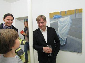 Vernisáž. Na snímku výtvarník Antonína Střížek v zajetí návštěvníků. Mezi ně patřil i teprve desetiletý Antonín Adam, kterého okouzlilo zátiší se feferonkami dokonce tak, že si je přál k narozeninám.